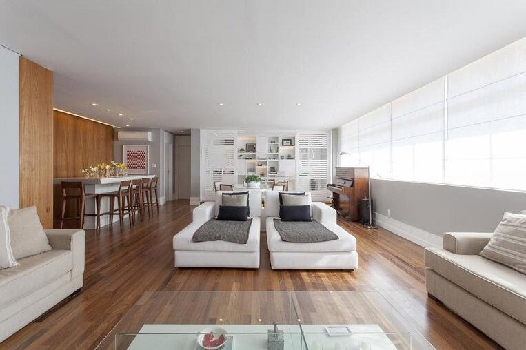 Sala de estar ampla com piso de madeira