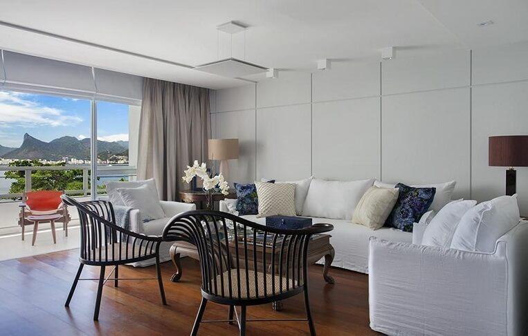 Sala de estar ampla e arejada com piso de madeira