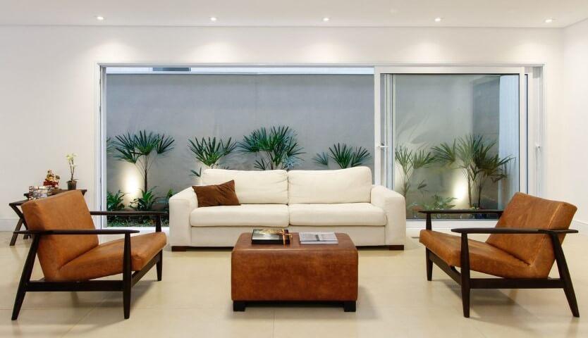 Sala de estar clara com sofá de couro branco Projeto de Otoni Arquitetura