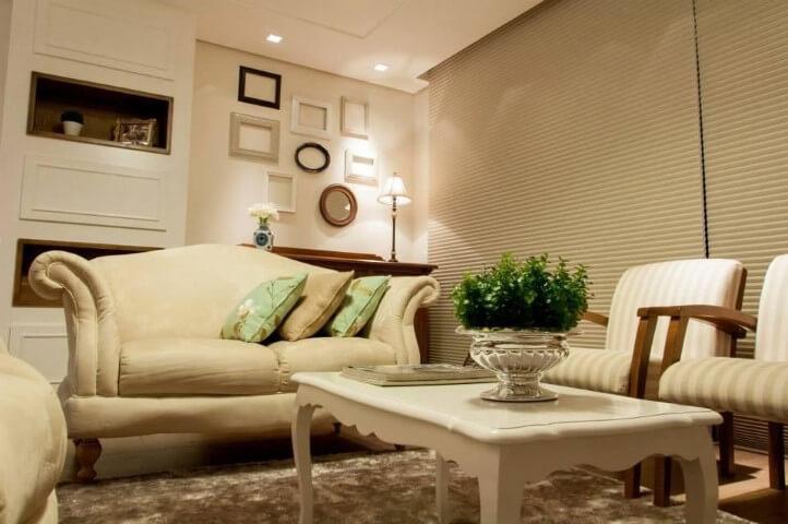 Sala de estar com composição de molduras para quadros vazias Projeto de Graziela Von Muhlen