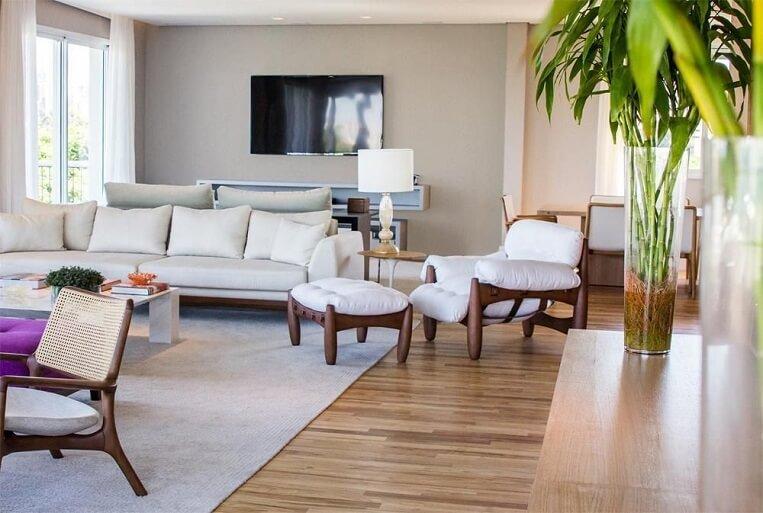 Sala de estar com estilo clean e piso de madeira