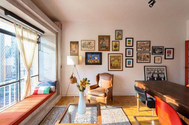 Sala de estar com molduras para quadros diferentes em composição na parede Projeto de Matteo Gavazzi