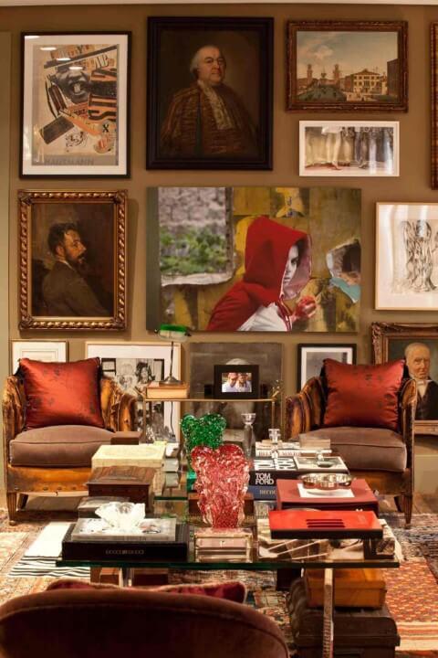 Sala de estar com molduras para quadros e quadros decorativos Projeto de David Bastos