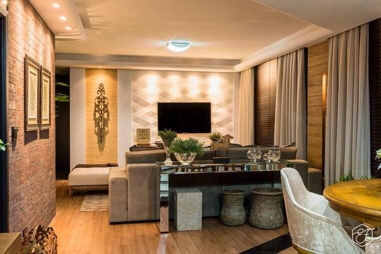 Sala de estar com papel de parede e piso de madeira