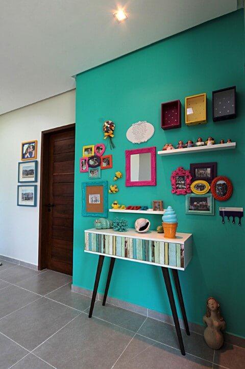 Sala de estar com parede cheia de molduras para quadros diferentes Projeto de Célia Beatriz