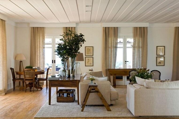 Sala de estar com piso de madeira e mesa de escada