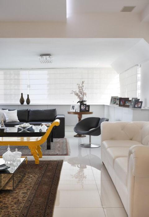 Sala de estar com sofá branco e sofá de couro preto Projeto de Elaine Fonseca