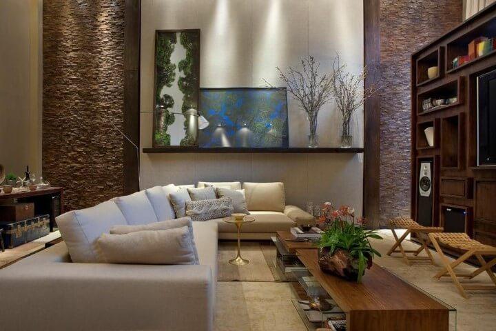 Sala de estar com sofá de canto bege com almofadas da mesma cor Projeto de Eduarda Correa