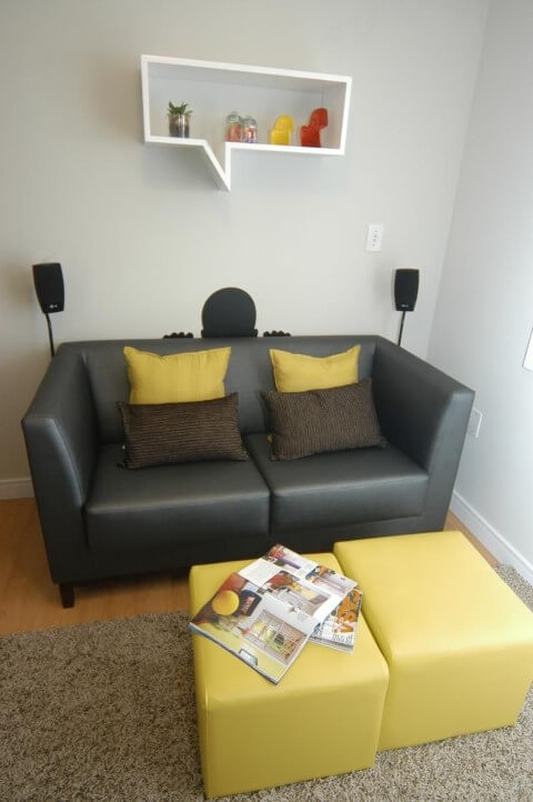 Sala de estar com sofá de couro falso pequeno Projeto de 501 Arquitetura