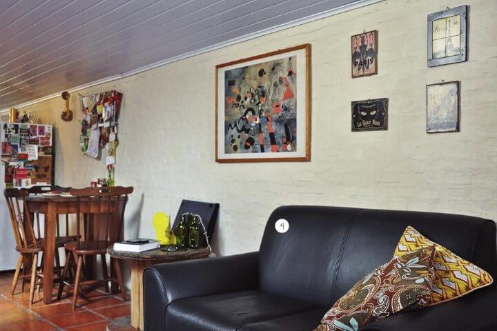 Sala de estar com sofá de couro falso preto Projeto de Casa Aberta