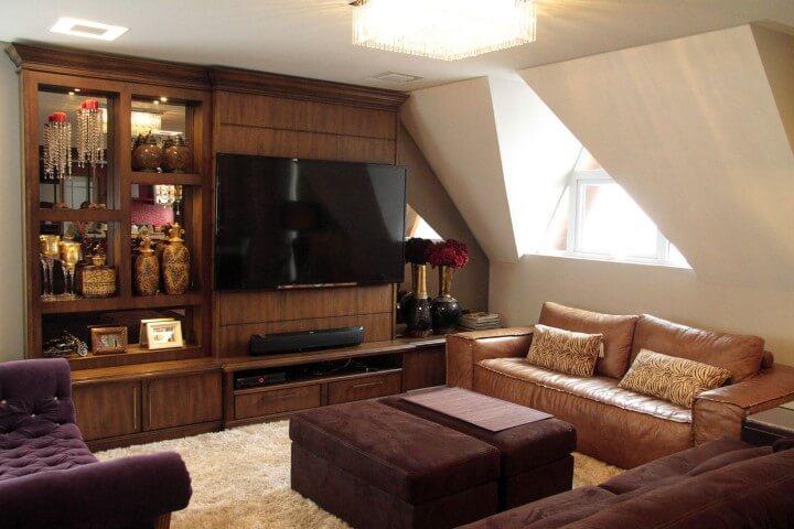 Sala de estar com sofá de couro marrom claro combinado com sofá marrom escuro Projeto de Daiana Arnold