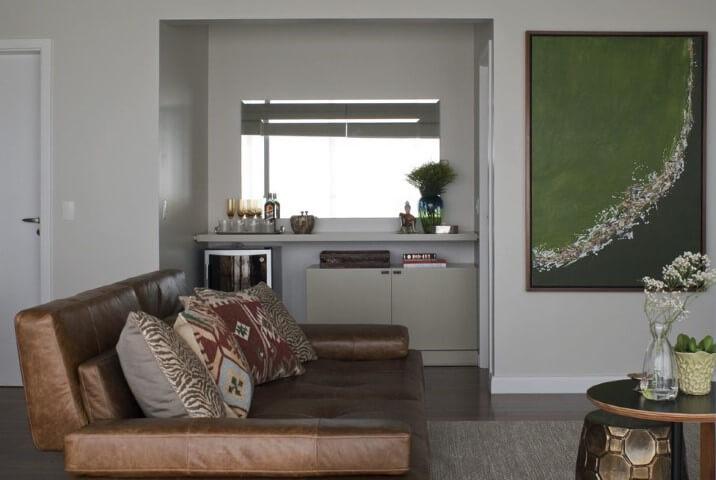 Sala de estar com sofá de couro marrom e com bar no canto Projeto de D2N Arquitetura