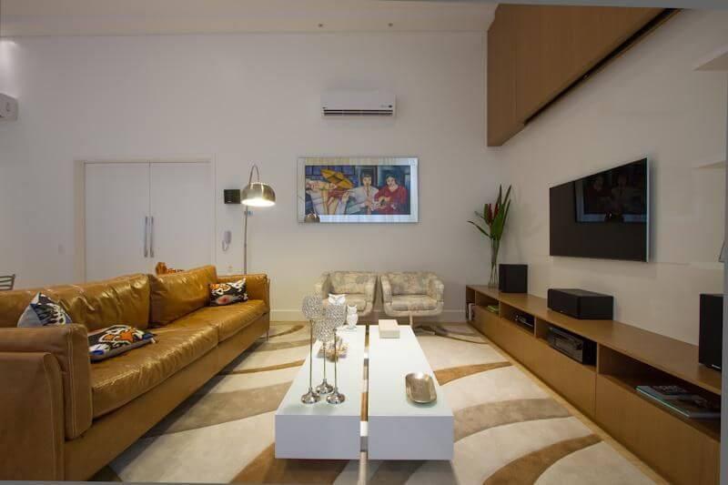 Sala de estar com sofá de couro na cor ocre Projeto de Studio KZA