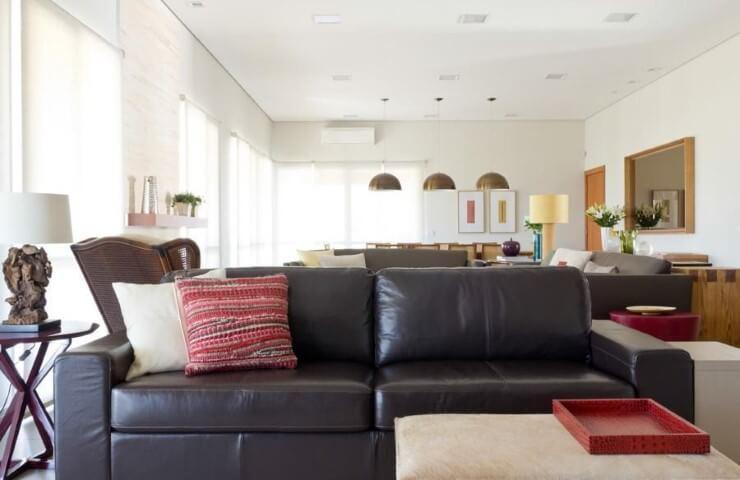Sala de estar com sofá de couro preto com chaise claro Projeo de Marilia Veiga