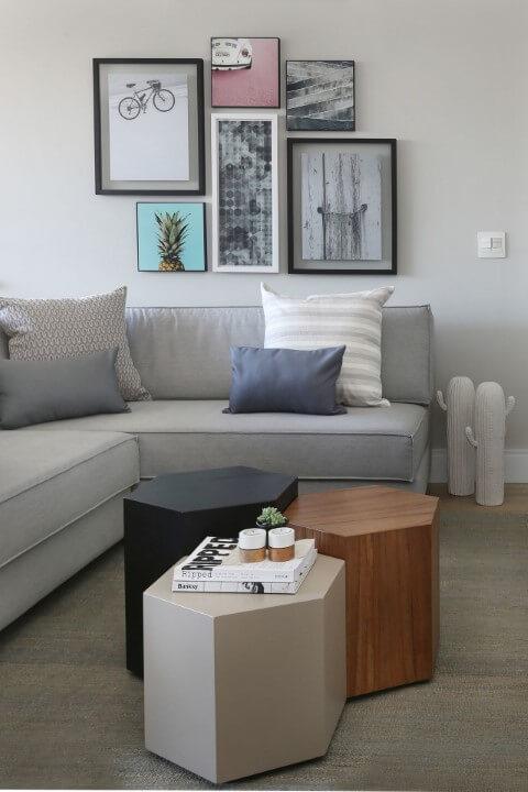 Sala de estar com sofá em L cinza claro com combinação de mesinhas de centro Projeto de Degrade Decoração