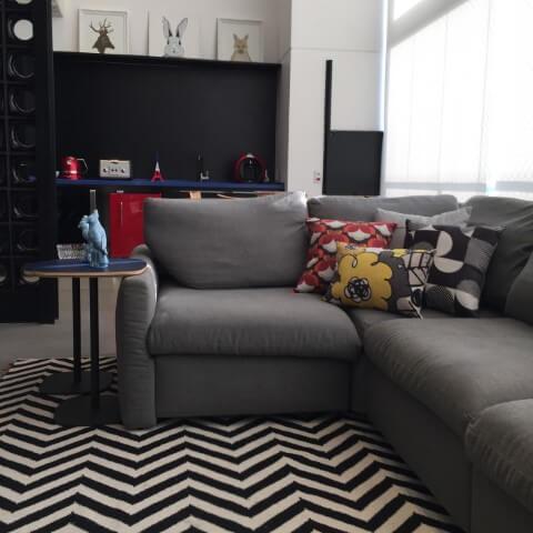 Sala de estar com sofá em L cinza e almofadas estampadas Projeto de Ana Cristina Nigromalta