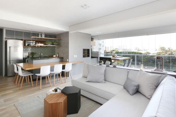 Sala de estar com sofá em L claro integrada à cozinha americana Projeto de Degrade Decoração