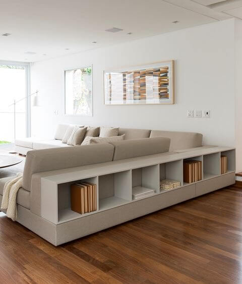 Sala de estar com sofá em L com nicho embutido Projeto de Tres Arquitetura