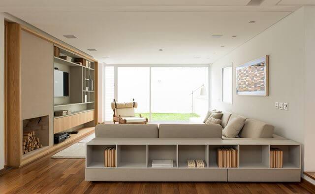 Sala de estar com sofá em L com nicho embutido Projeto de Tres Arquitetura1