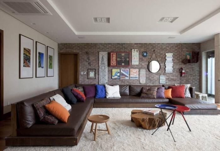 Sala de estar com sofá em L de couro grande e com chaise Projeto de Juliana Pippi