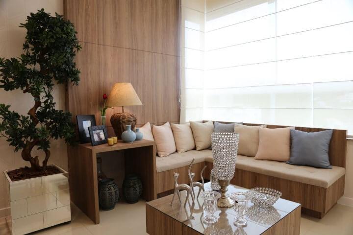 Sala de estar com sofá em L embutido e mesa de centro combinando Projeto de Fernanda Pereira