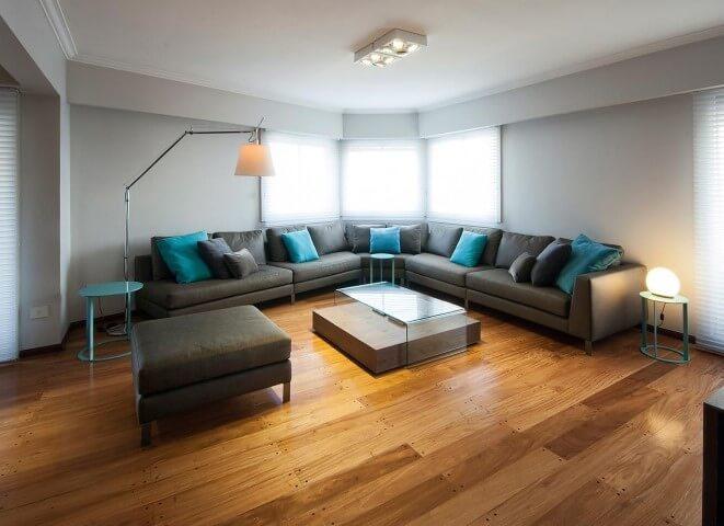 Sala de estar com sofá em L grafite com chaise Projeto de Estúdio Sespede