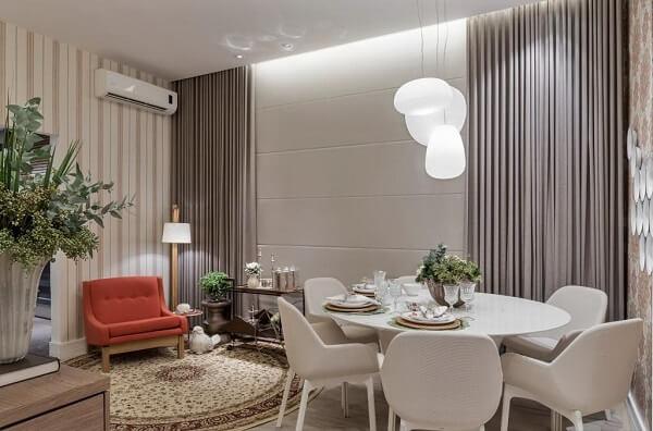 Sala de estar com tapete redondo estampado