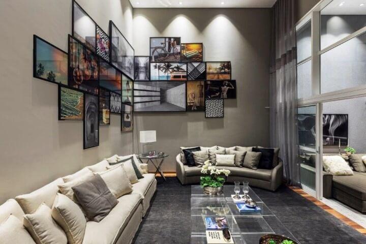 Sala de estar moderna com molduras para quadros pretas formando composição Projeto de DD Show