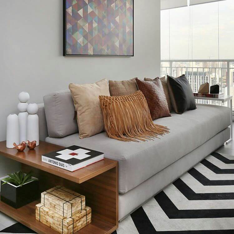 Sala de estar pequena com almofadas de estilos variados em sofá cinza Foto de We Heart It