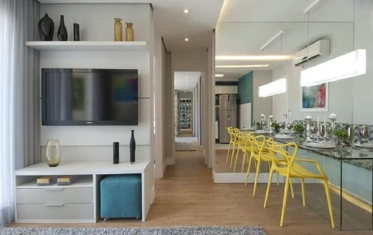 Sala de estar pequena integrada com sala de jantar espelhada Projeto de Adriana Fontana