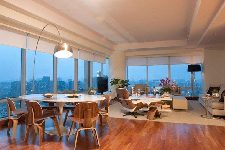 Sala de estar sofisticada com piso de madeira
