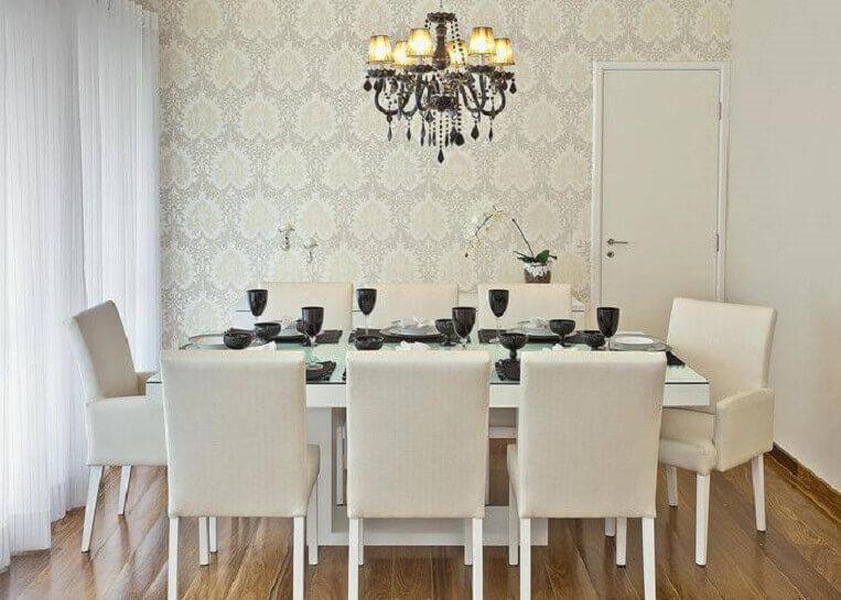 Sala de jantar aconchegante com piso de madeira