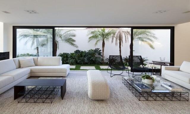 Sala integrada com sofá em L combinando com sofá tradicional Projeto de Fabiana Freire1