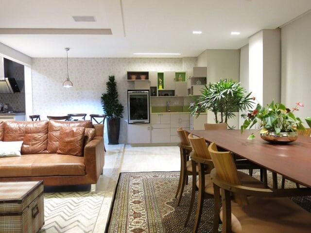 Salas integradas com cozinha e sofá de couro marrom claro