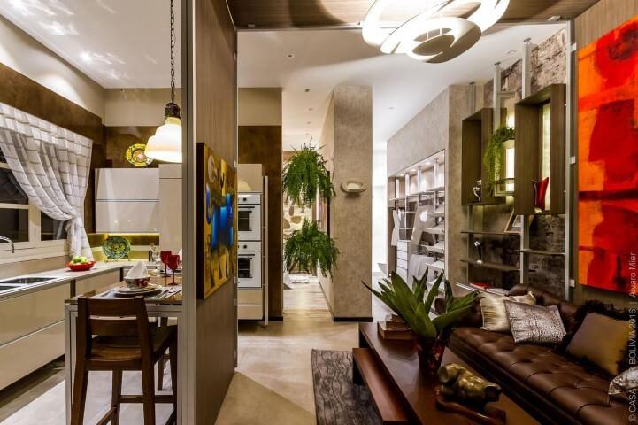 Sofá de couro marrom em sala de estar pequena Projeto de Casa Cor 2016