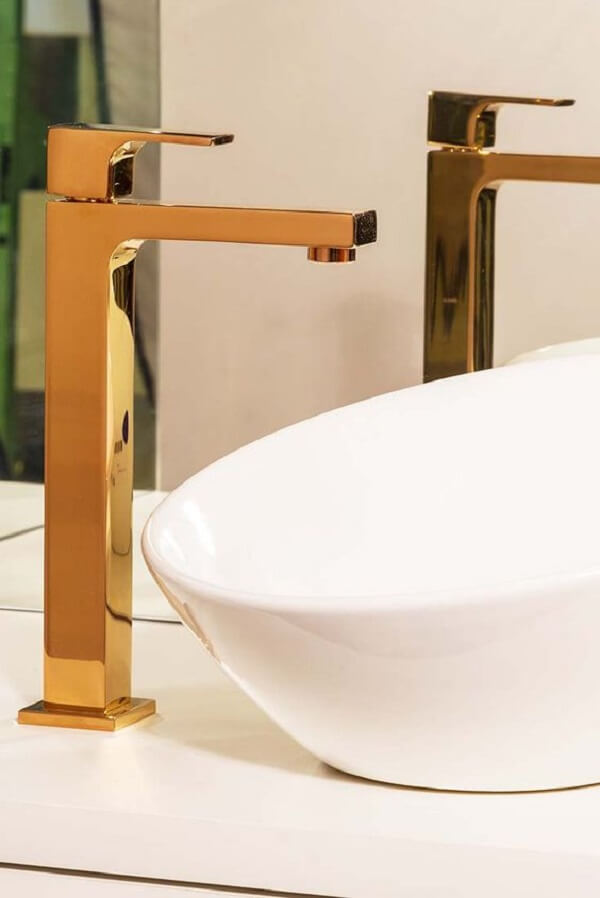 Torneira para pia de banheiro com louça branca