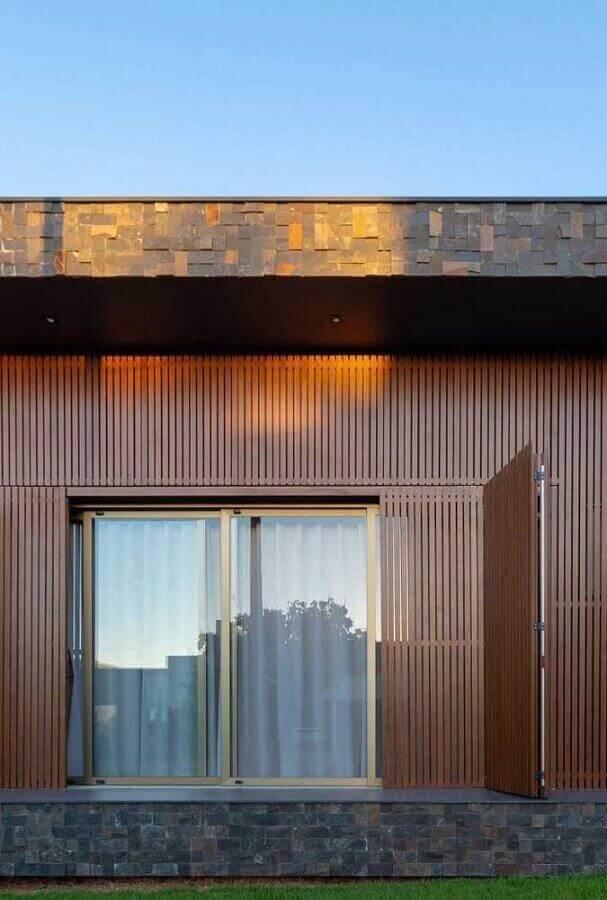 Use a pedra ferro como revestimento de parede externa mesclando com outros tipos de materiais. Fonte: Pinterest