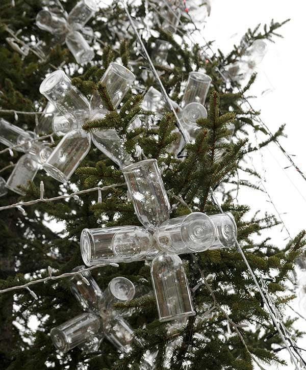 Utilize garrafas PET para compor a decoração das árvores de natal