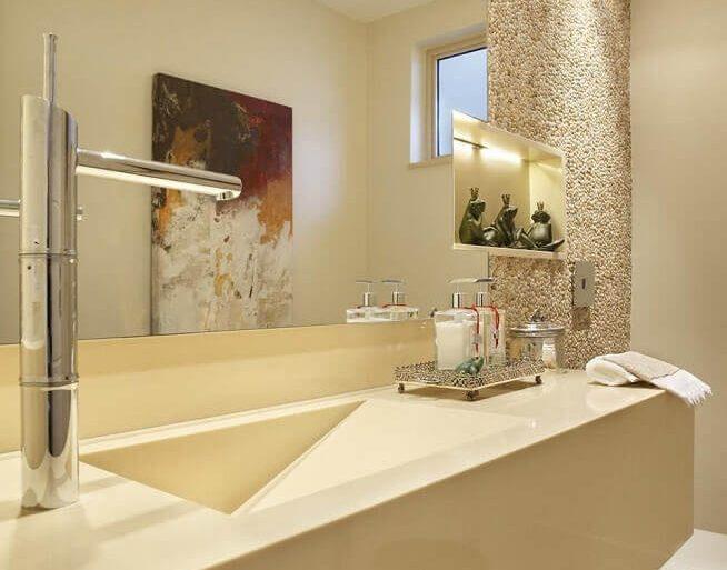 banheiro com pia esculpida na cor marfim  Foto RBP Arquitetura e Interiores