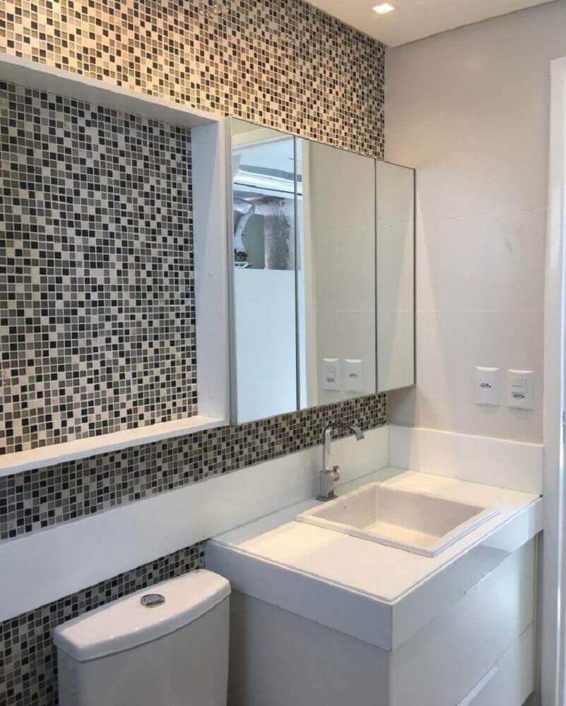 banheiro decorado com pastilhas espelheira e pedra nanoglass Foto Mirella Ventura