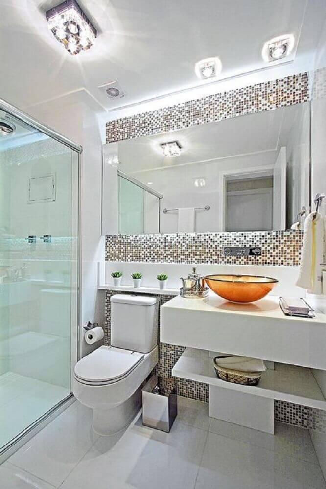 banheiro decorado com pedra nanoglass e pastilhas Foto The Holk