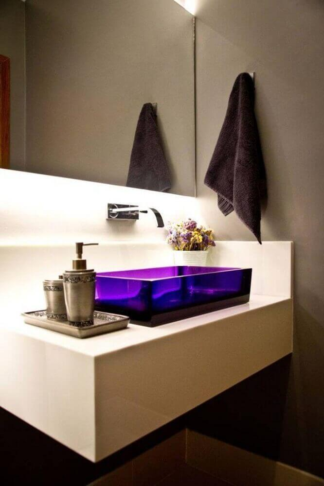banheiro moderno decorado com parede cinza cuba de acrílico roxa e bancada nanoglass Foto Inova Arquitetura