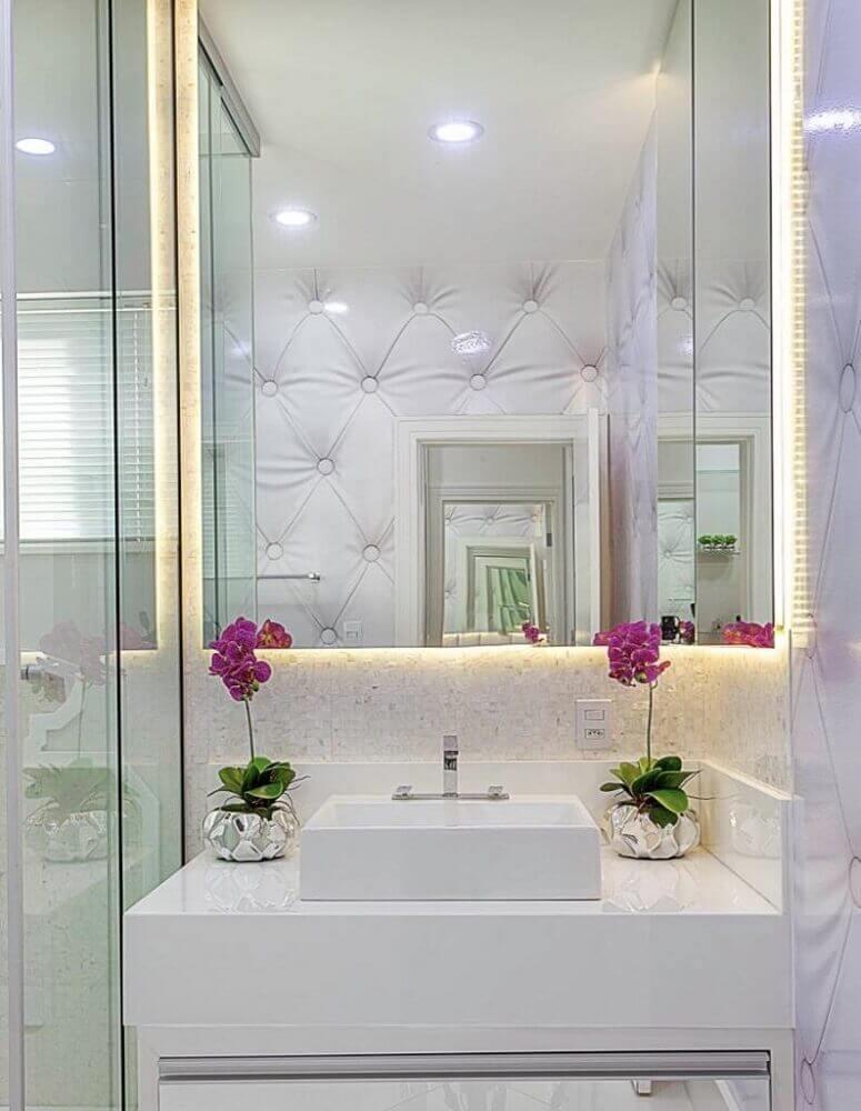 banheiro pequeno decorado com pedra nanoglass e pequenos vasinhos sobre bancada Foto The Holk