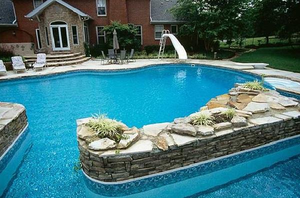 Complemente a área da piscina com escorregador
