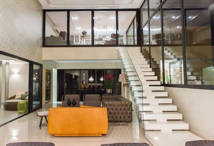 casa decorada com sofá laranja e escada nanoglass branco Foto DCA Arquitetura
