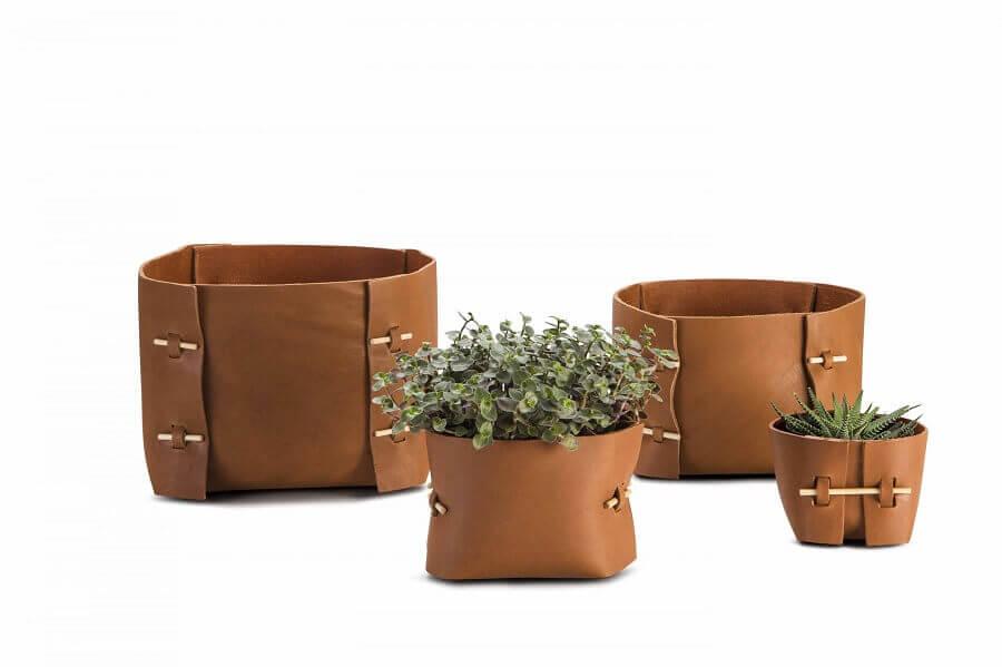 cestos de couro com vasos de plantas Foto Boobam