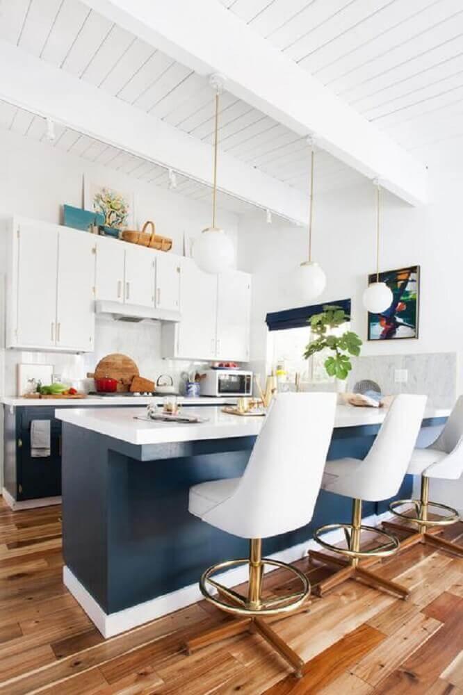 cozinha azul e branco decorada com pendentes redondos sobre bancada Foto House Beautiful