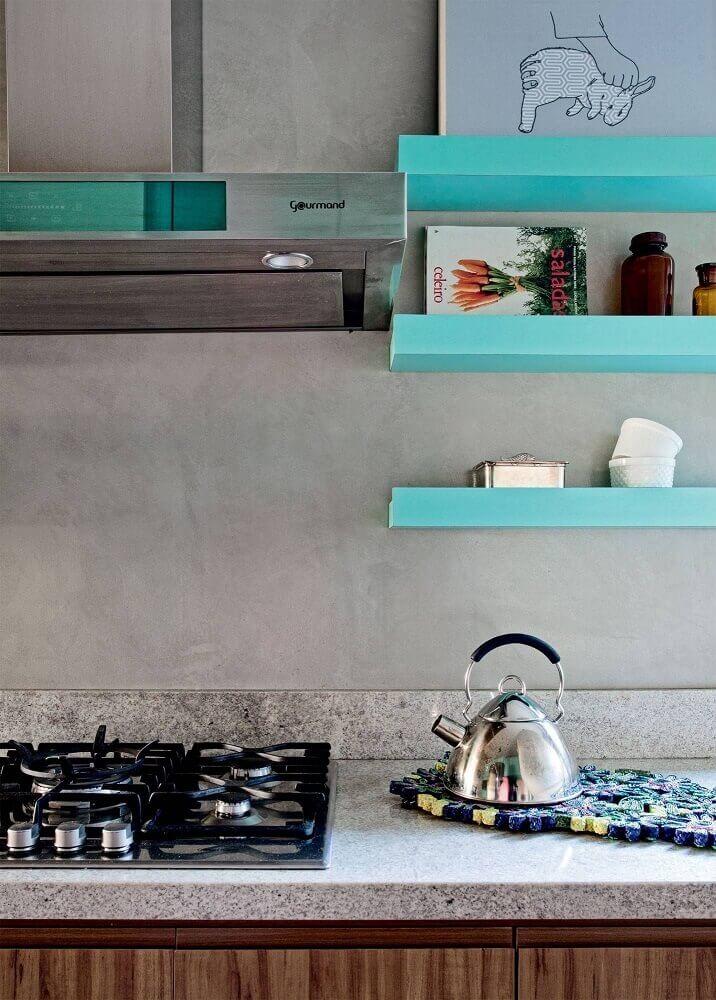 cozinha azul turquesa decorada com parede de cimento queimado Foto ArqDrops