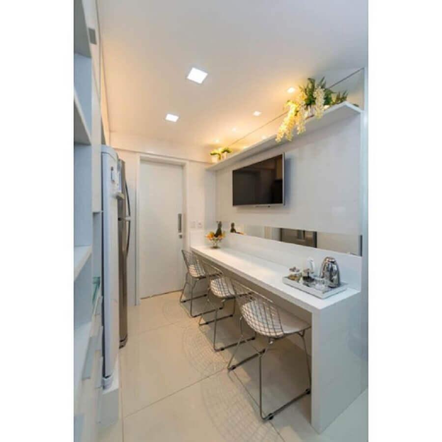 cozinha pequena com bancada nanoglass e banquetas de aramado Foto Pinterest