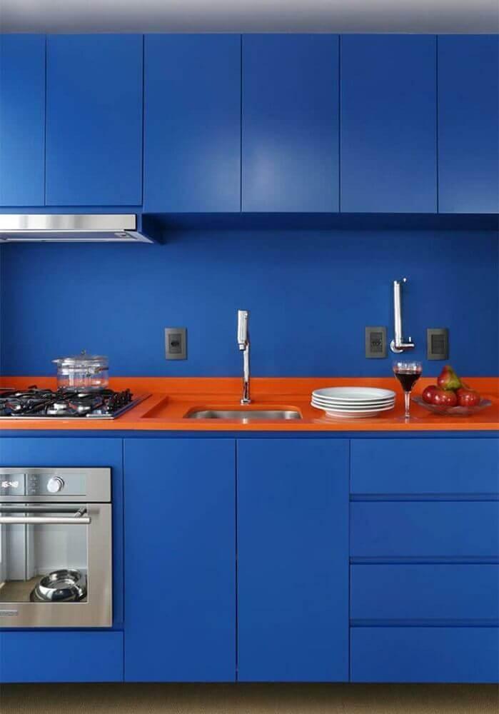 cozinha planejada azul com bancada laranja Foto Pinterest